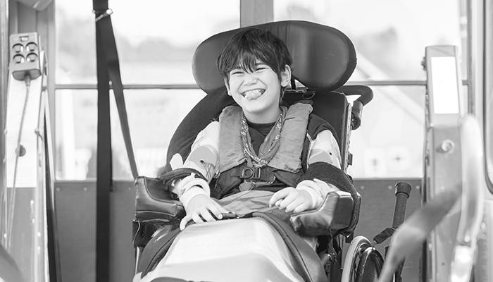 Kind im Rollstuhl lacht